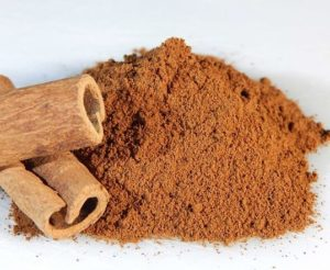 Cinnamon powder has many health benefits thanks to antioxidants. This protects the body from oxidative damage due to harmful free radicals.